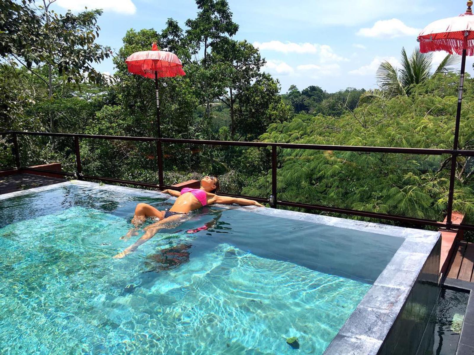 Nicoleta Nuca vacant poza costum d baie piscina interviu