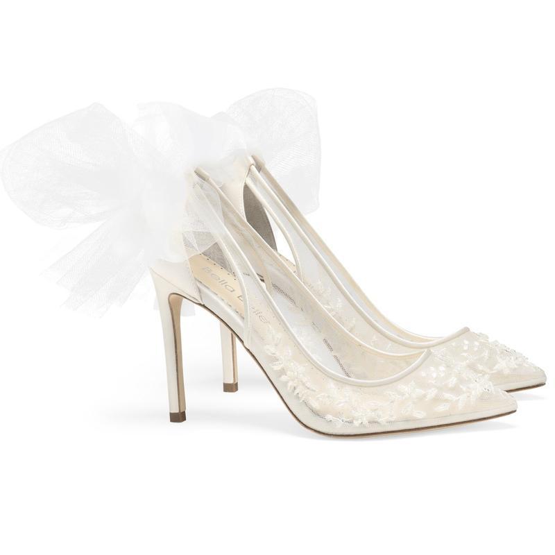 Pantofi de mireasa albi accesorizati cu funda satin la spate. Sursa Christian Louboutin PretAPorter.com
