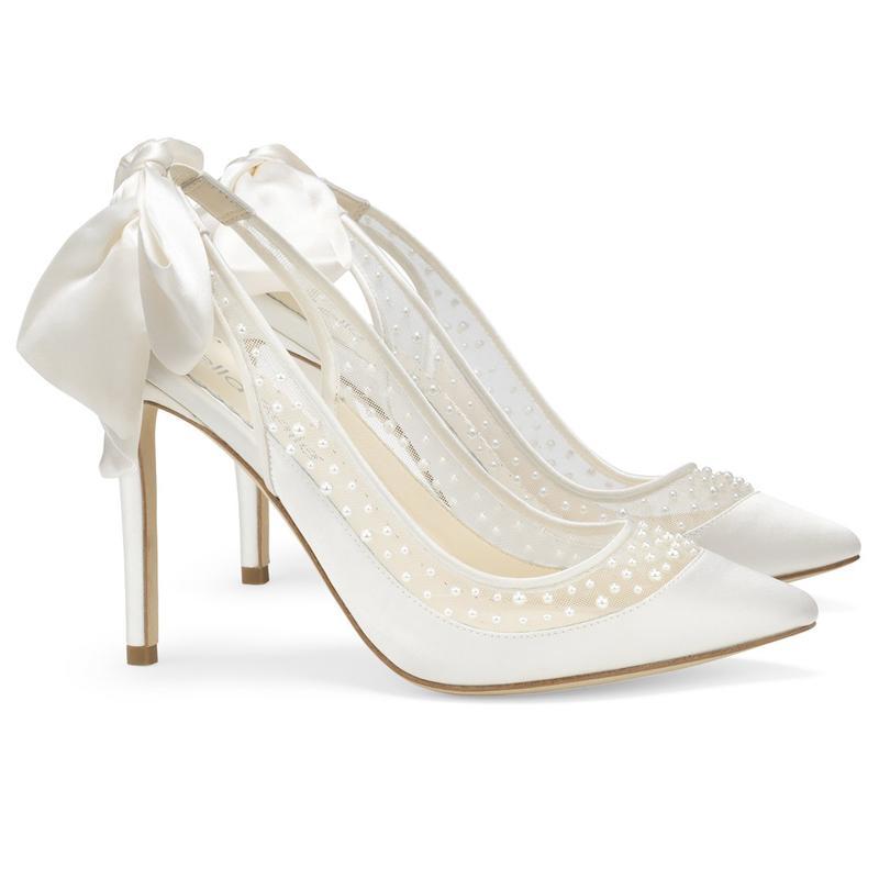 Pantofi de mireasa albi accesorizati cu funda satin la spate. Sursa BellaBelleShoes.com