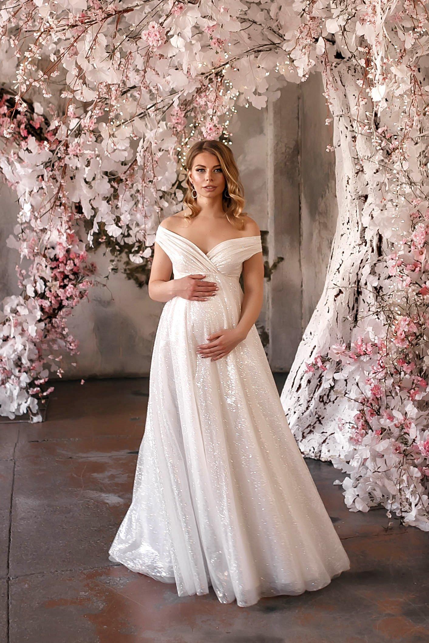Ce rochie de mireasă poţi purta dacă eşti însărcinată în ziua nunţii? Iată ce modele au ales vedetele! Sursa Bridgit Maternity