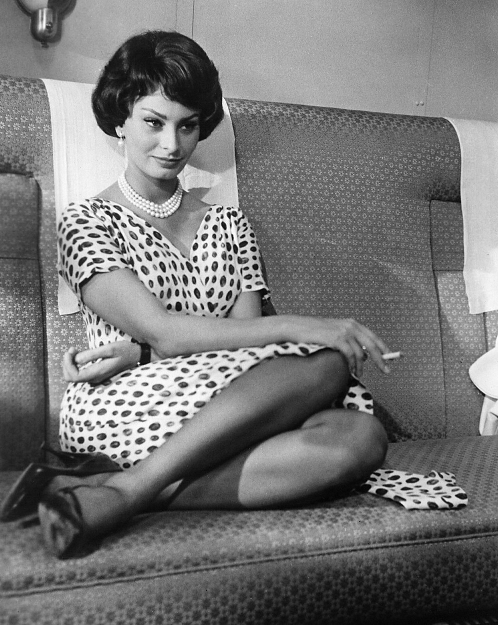 THAT KIND OF WOMAN, Sophia Loren, 1959, sitting on train seat,Image: 97133033, License: Rights-managed, Restrictions: For usage credit please use; Courtesy Everett Collection, Model Release: no