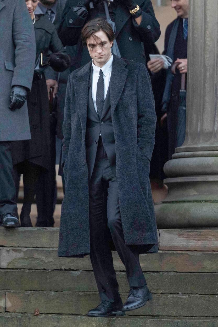 Robert Pattinson s-a întors la filmările 'Batman' după ce s-a zvonit că a fost testat pozitiv de cor
