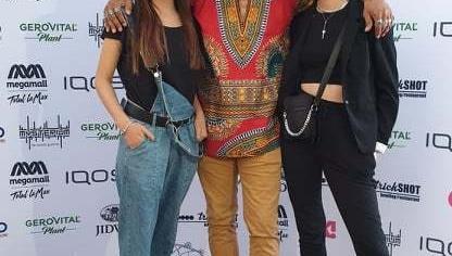 Ea este fiica lui Kamara de care lumea nu ştie! Stephanie Sara, alături de artist la OK! Rooftop Party