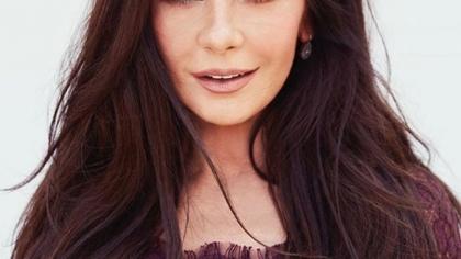 Catherine Zeta-Jones a arătat fabulos într-o rochie cu un imprimeu floral. Michael Douglas de-abia şi-a putut lua ochii de la ea