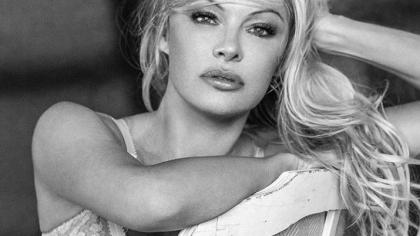 Violată în grup şi abuzată sexual de o femeie. Copilăria şi adolescenţa de coşmar a bombei sexy Pamela Anderson